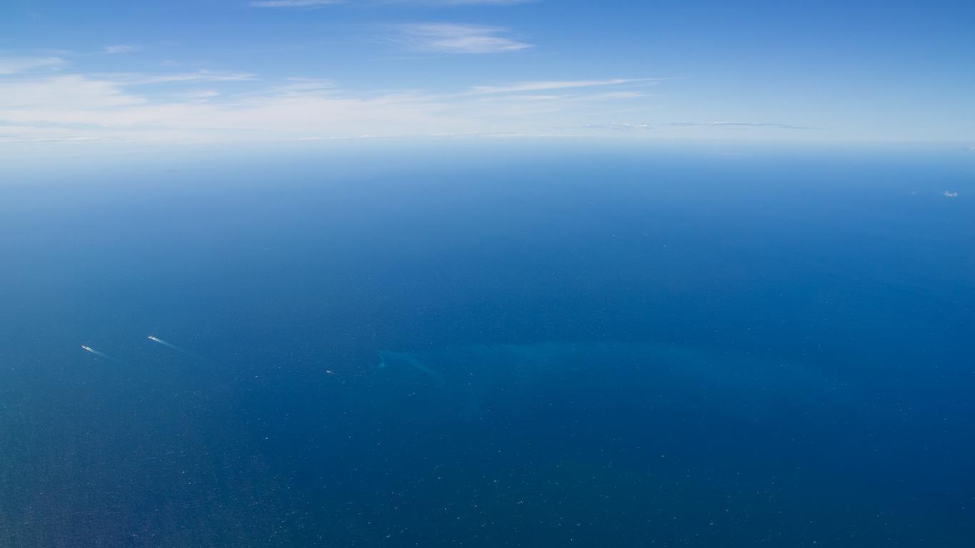 青い空と青い海のデスクトップ壁紙 ワイド画面 1366 768